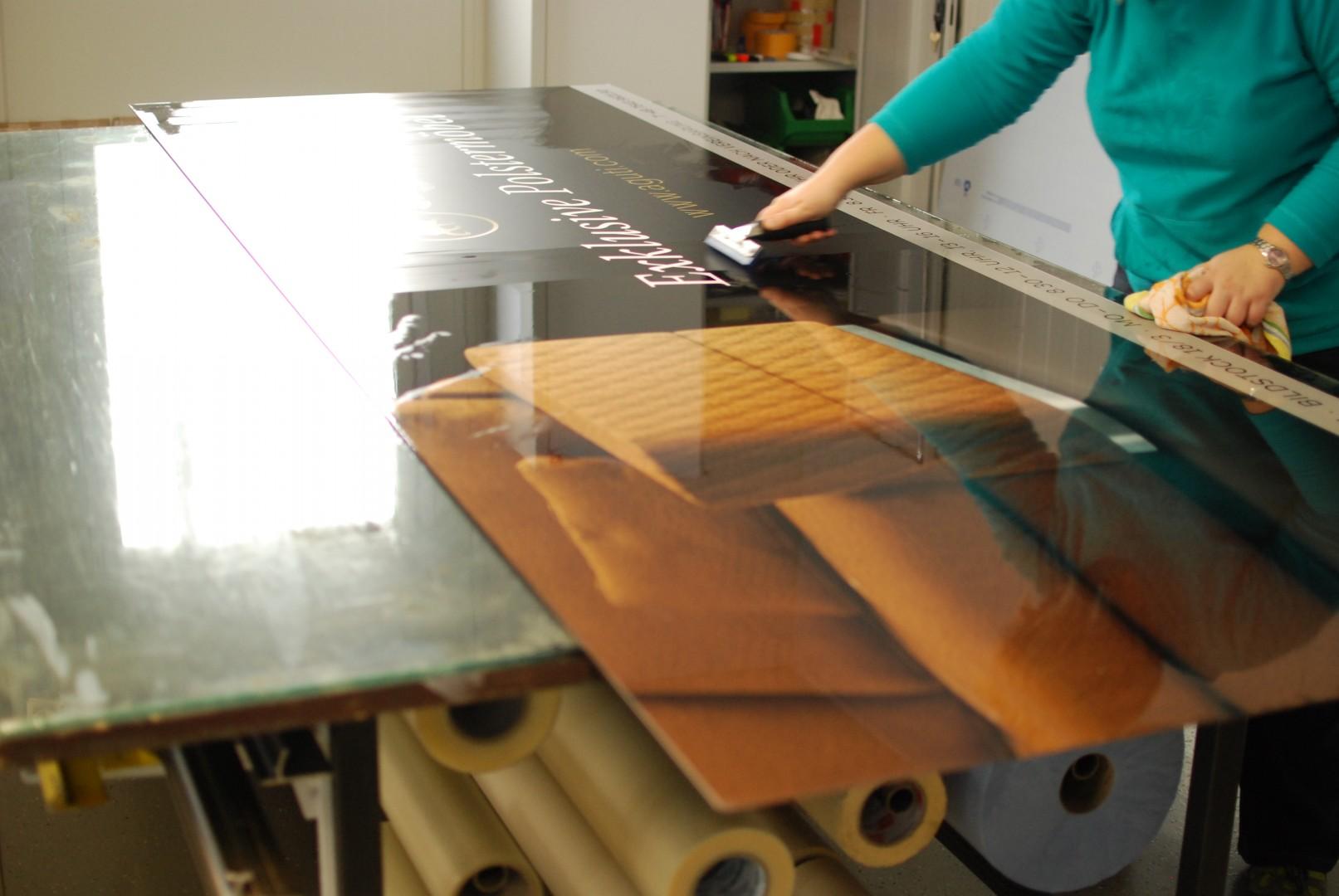 Schilderverklebung Digitaldruck auf Aluminium-Verbundplatte